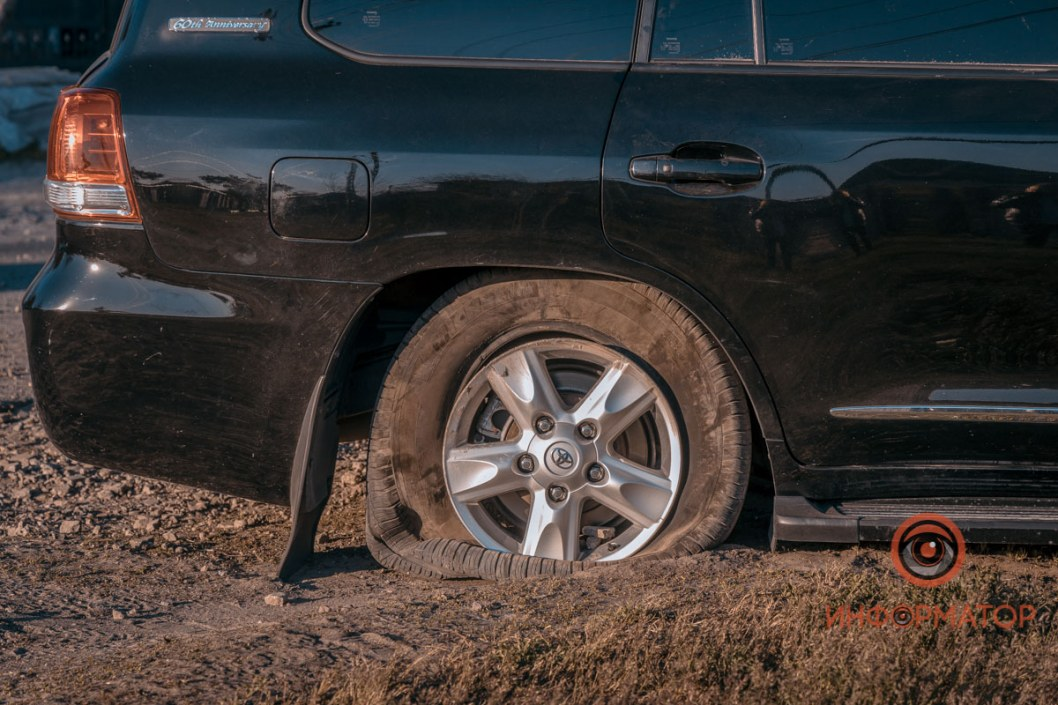 Пробитое и спущенное колесо автомобиля