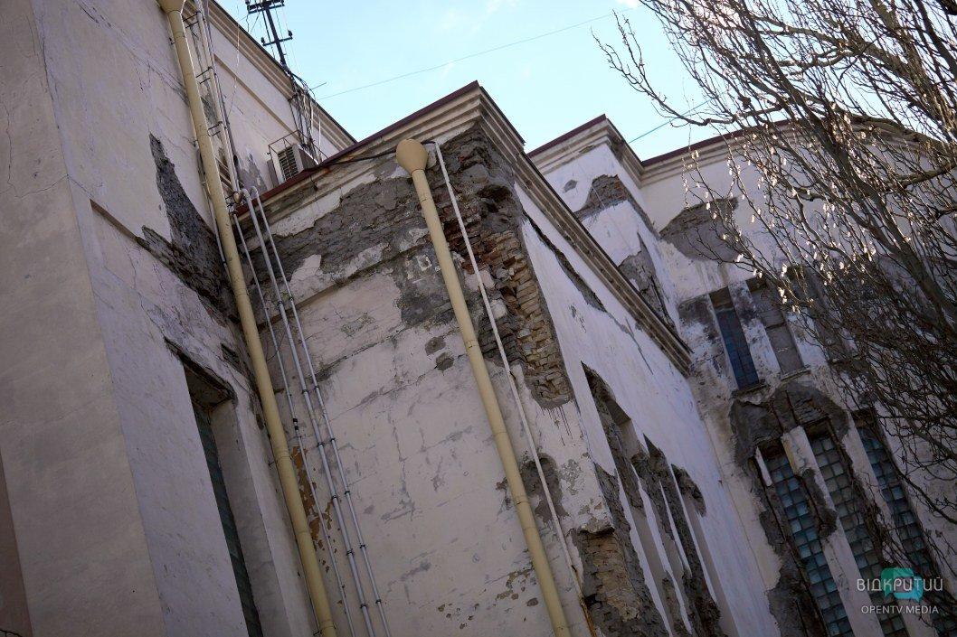 При первом взгляде на фасад ощущается его столетняя история