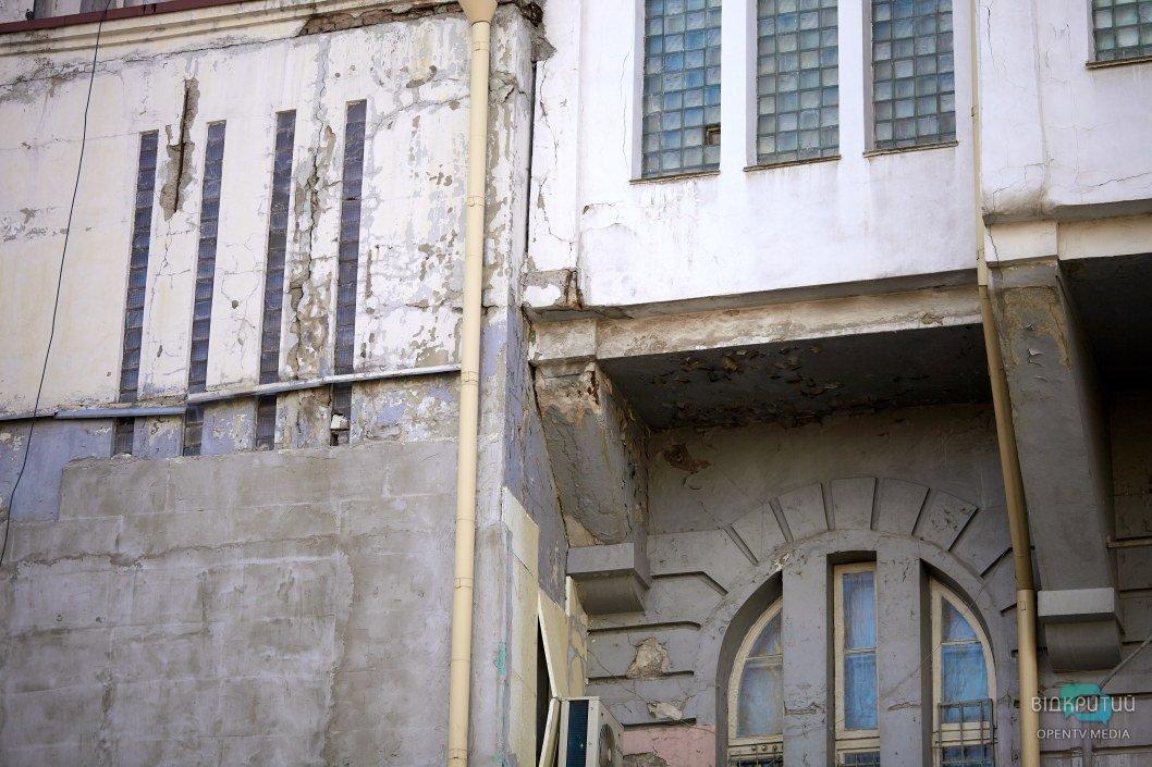 Трещины разрушают внешнюю облицовку фасада