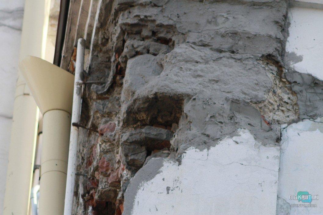 Заметно, что делаются попытки замедлить разрушение фасада здания