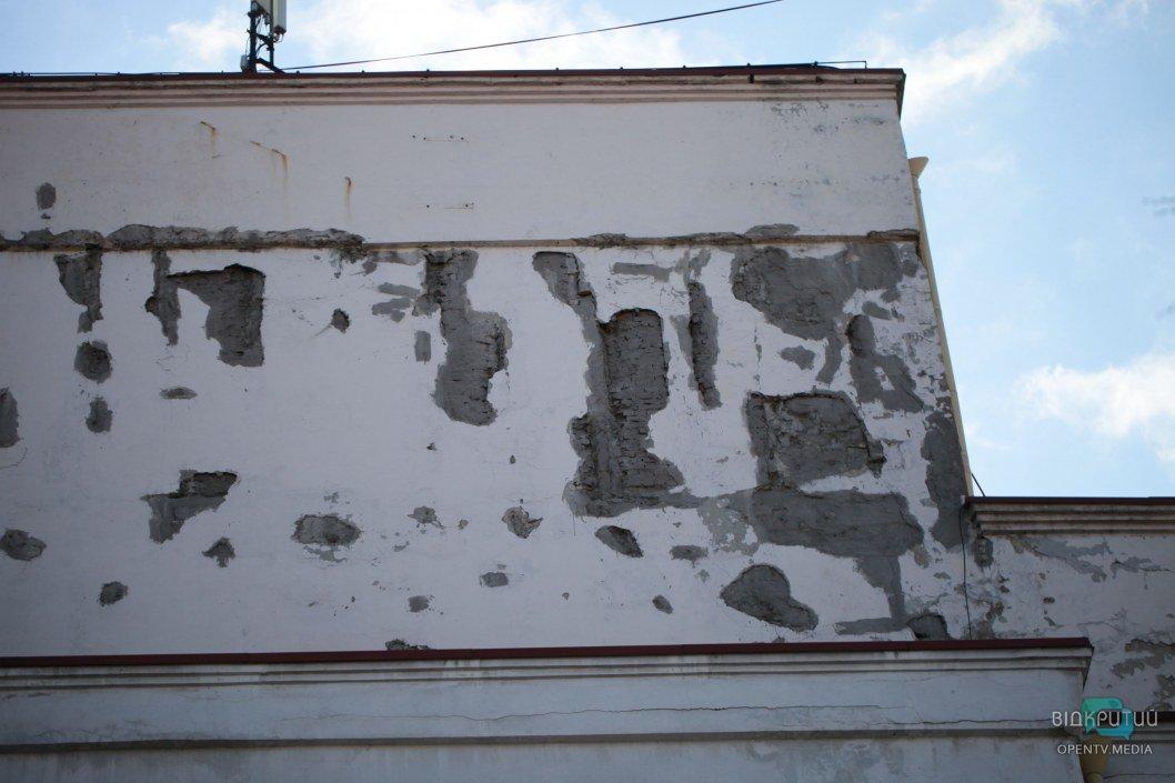 """Немножко """"залатали"""" раны на фасаде"""