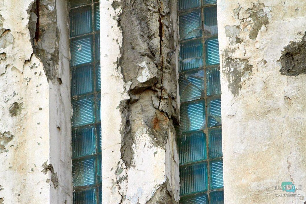 Фасад откалывается огромными кусками