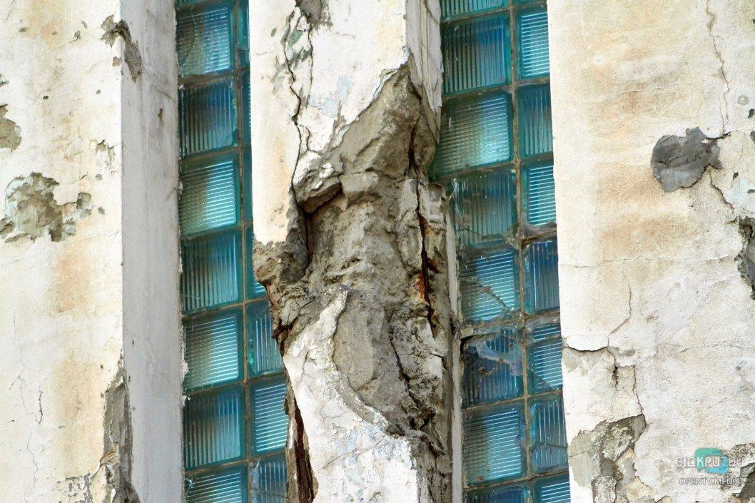 Здание трещит по швам