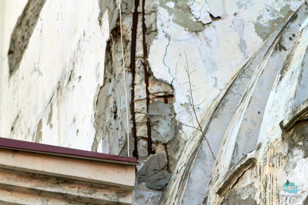 Время оголяет стены здания