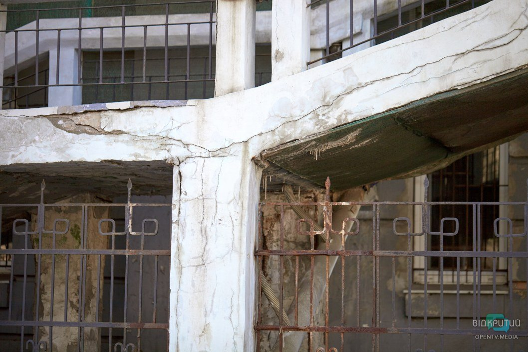 Все здание переплетено десятками трещин