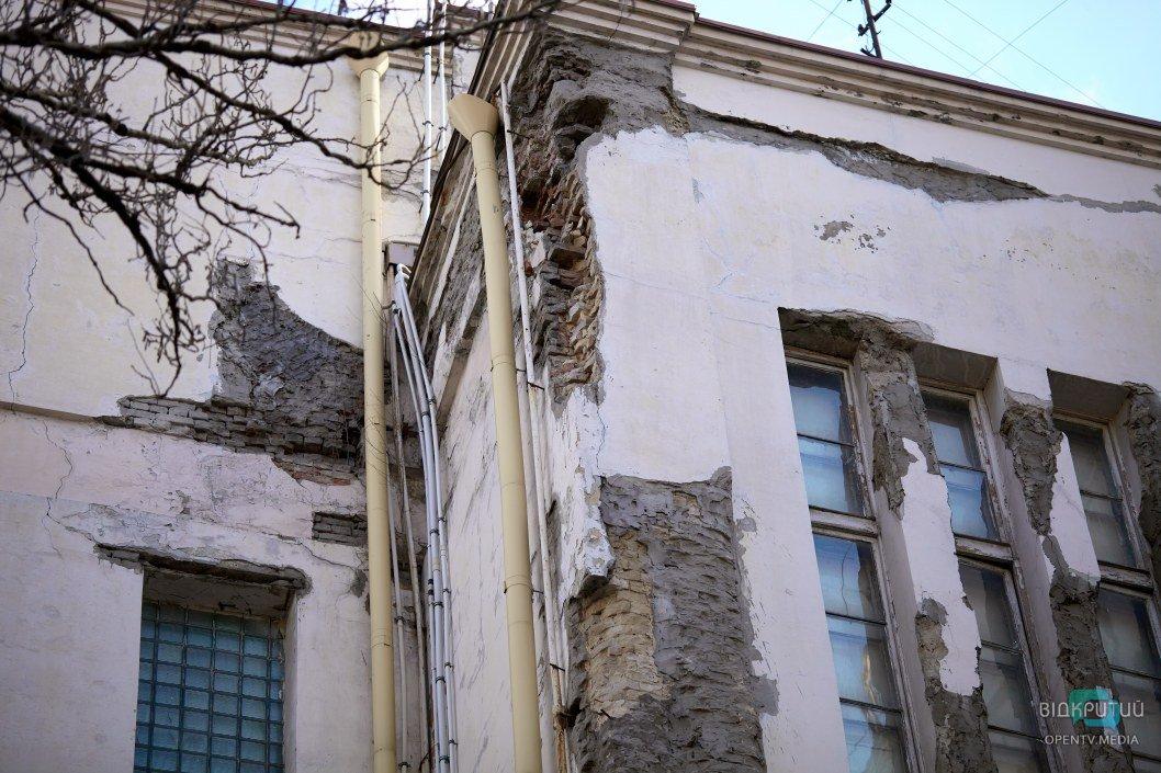 Видна изначальная кладка здания