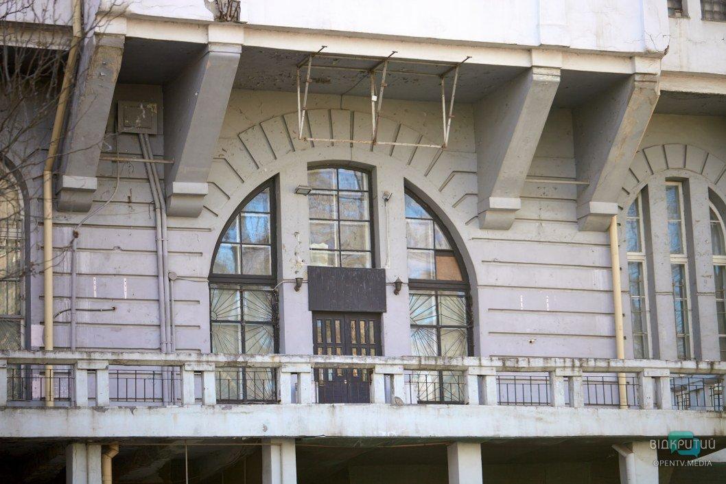 Местами фасад здания выглядит обнадеживающе