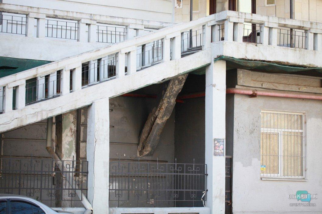 В некоторых местах состояние здания крайне плачевно выглядит