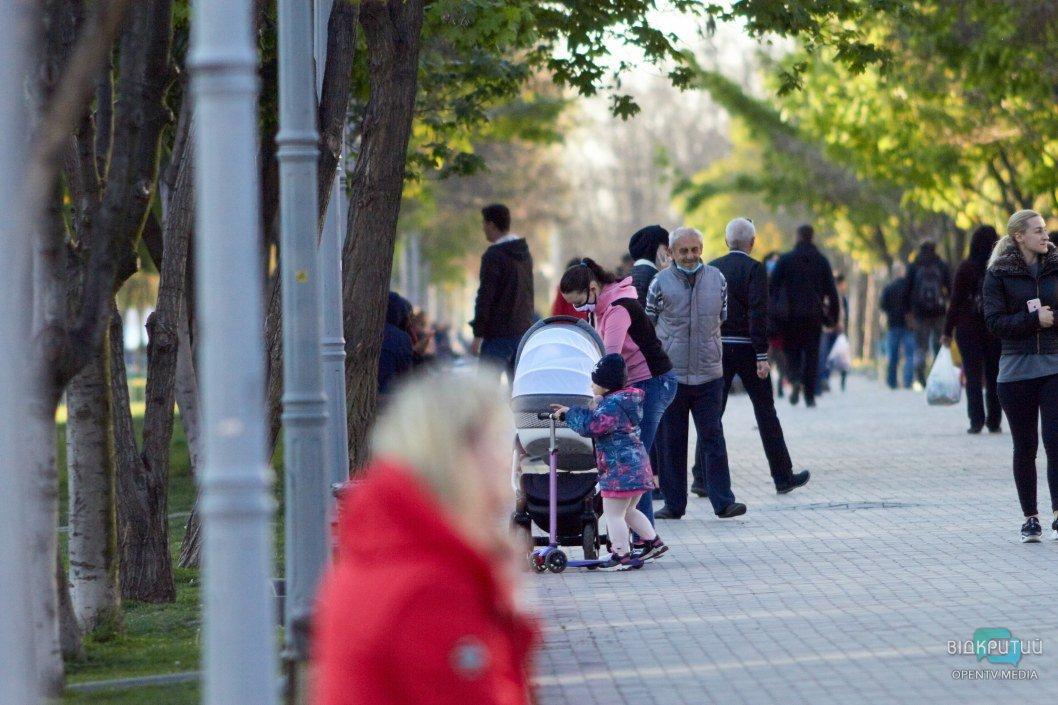 Сотни людей без масок прогуливаются на свежем воздухе