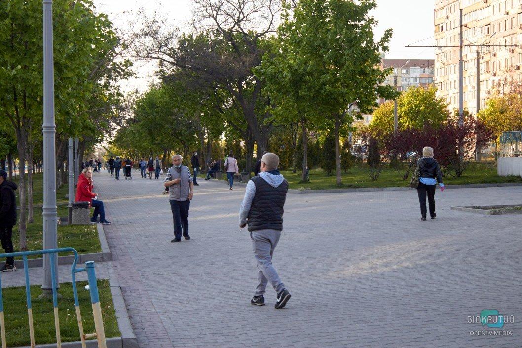 Днепряне гуляют и отдыхают на свежем воздухе во время карантина