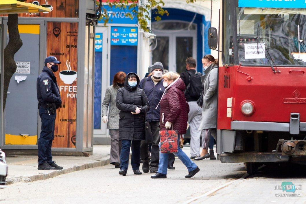 Карантин в Днепре: люди в масках