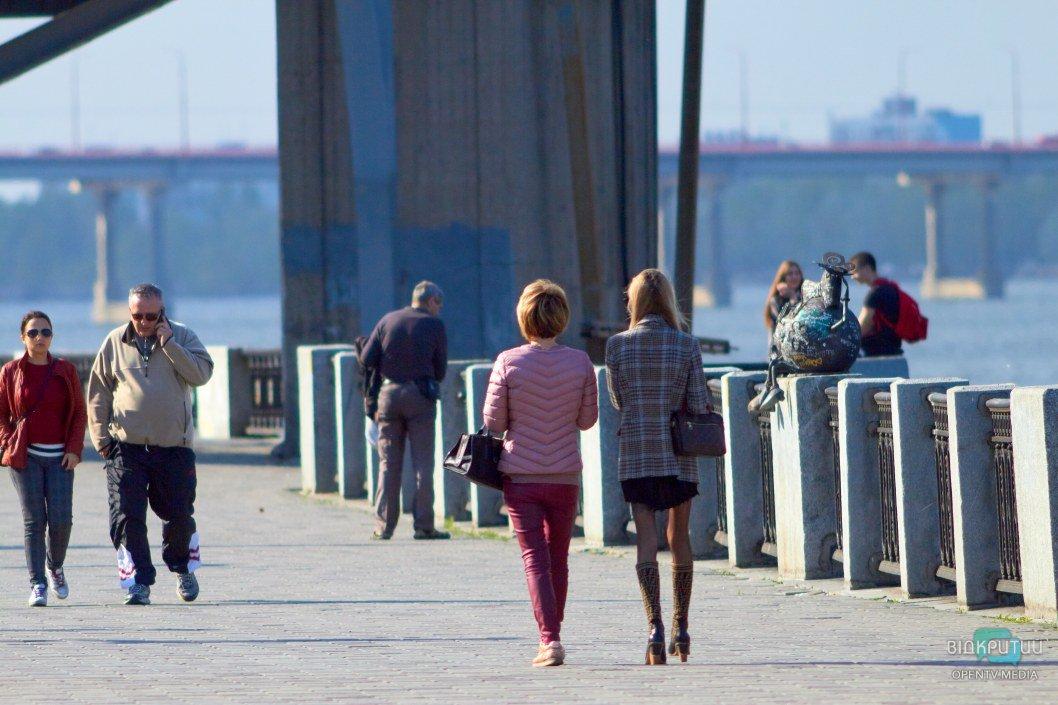 На набережной непривычно много гуляющих