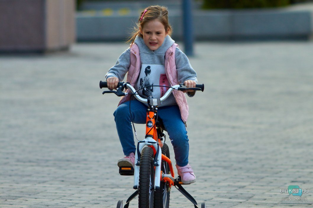Кто-то осваивает велосипед