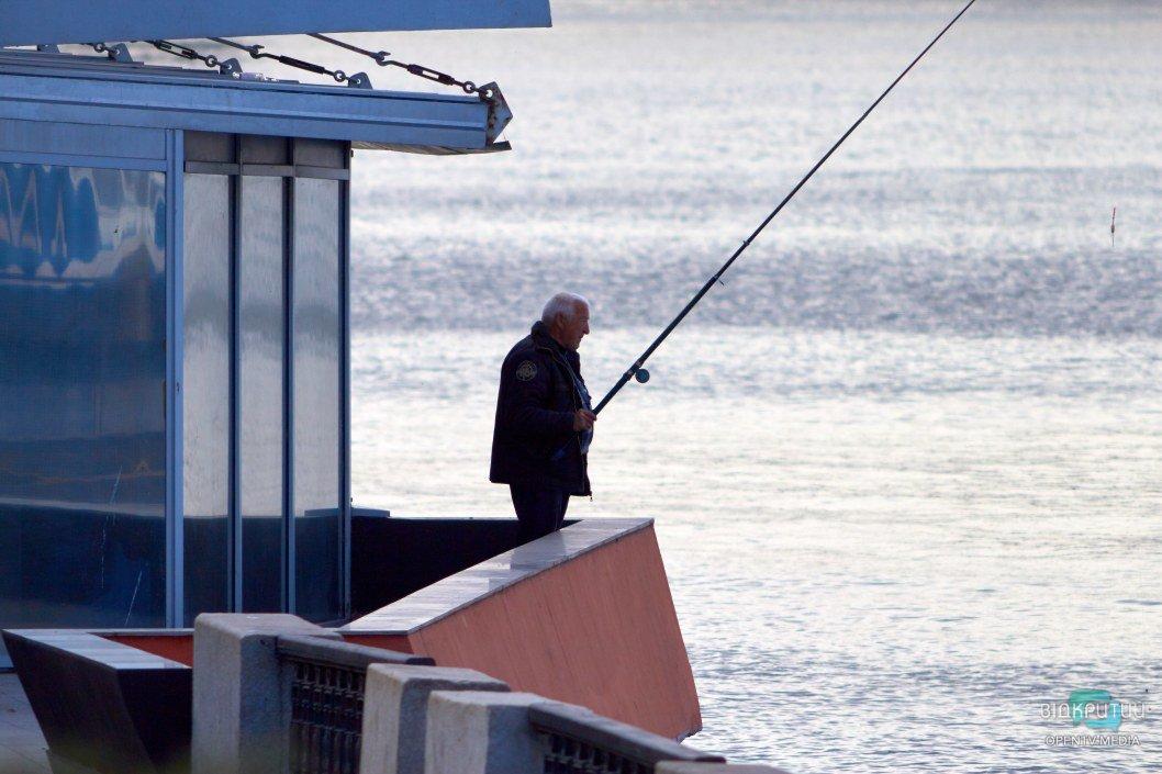 На набережной почти нет рыбаков