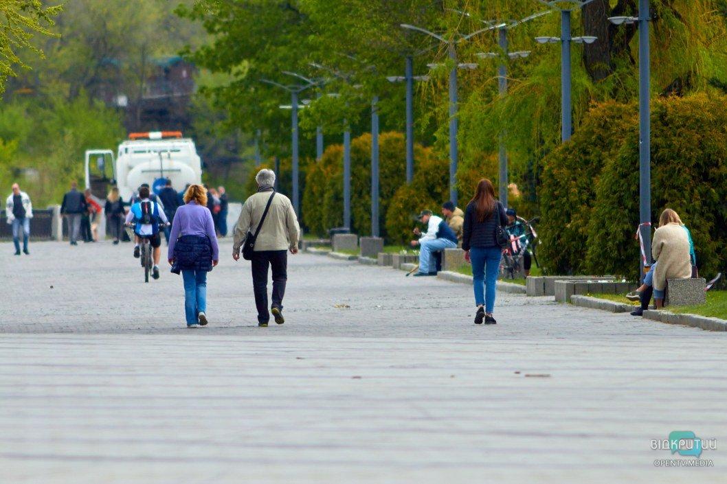 Сотни отдыхающих прогуливаются как ни в чем не бывало