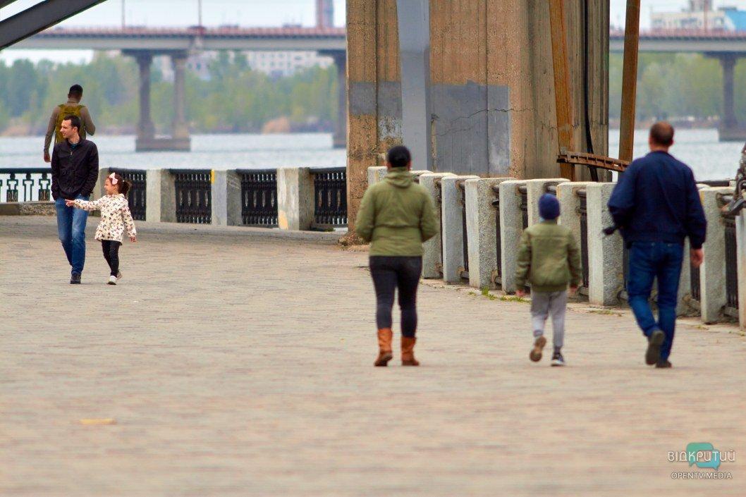 Горожане гуляют целыми семьями