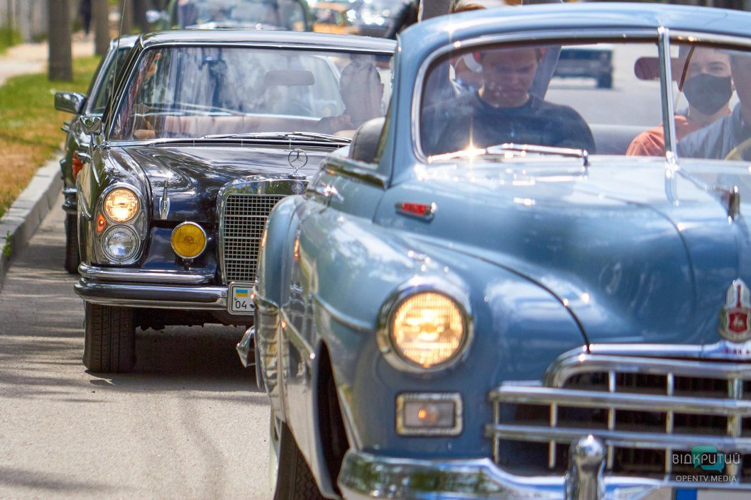 История на колесах: в Днепре по набережной проехались десятки ретро авто (ФОТО, ВИДЕО)