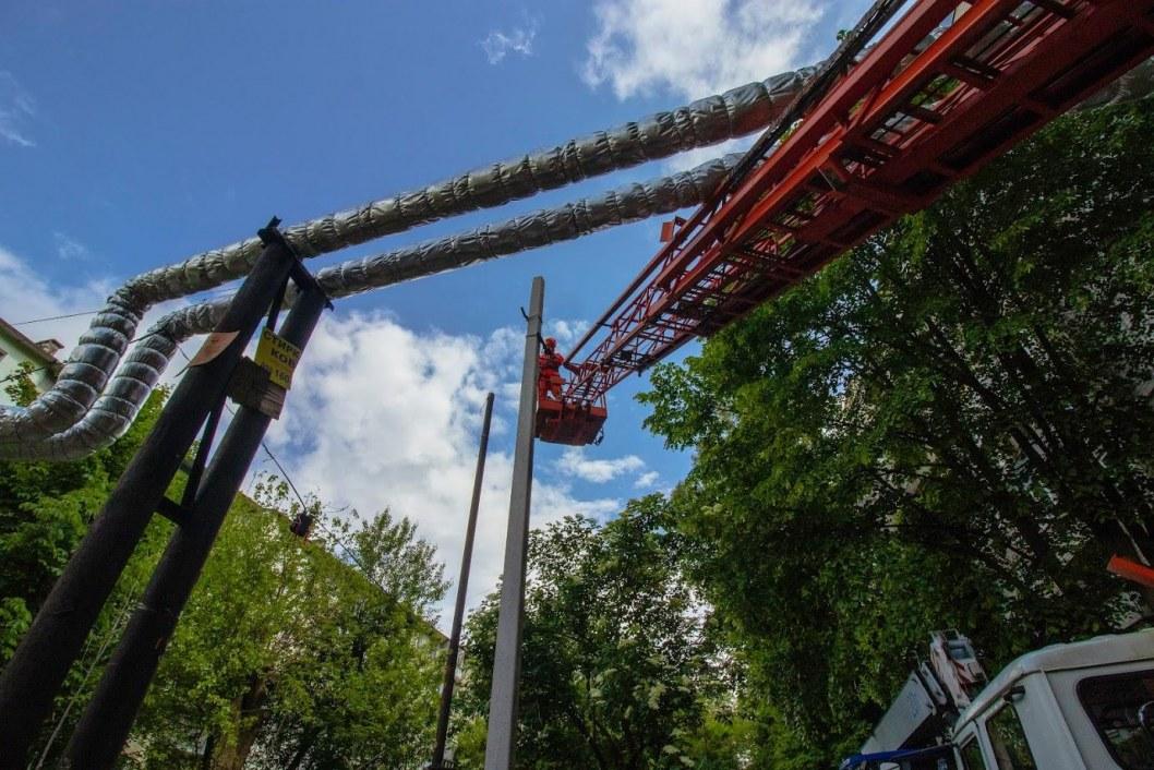В Днепре на проспекте Поля устанавливают новую систему освещения (ФОТО)
