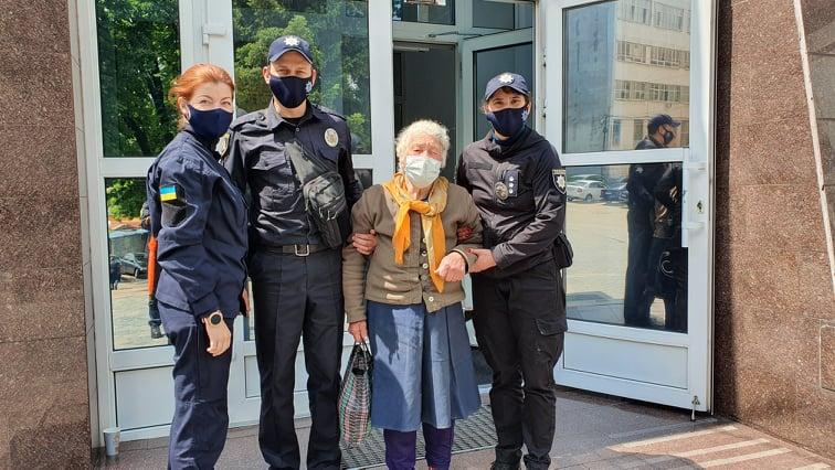 Ушла жить на улицу: на Днепропетровщине сын жестоко избивал пожилую мать (ФОТО)