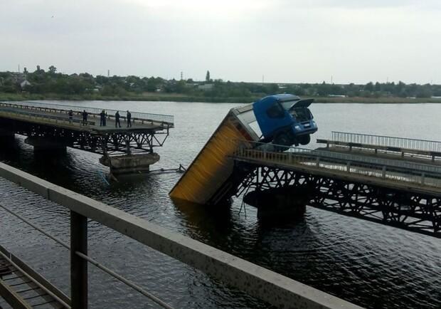Возле Никополя обрушился мост: фура висит на обрывом