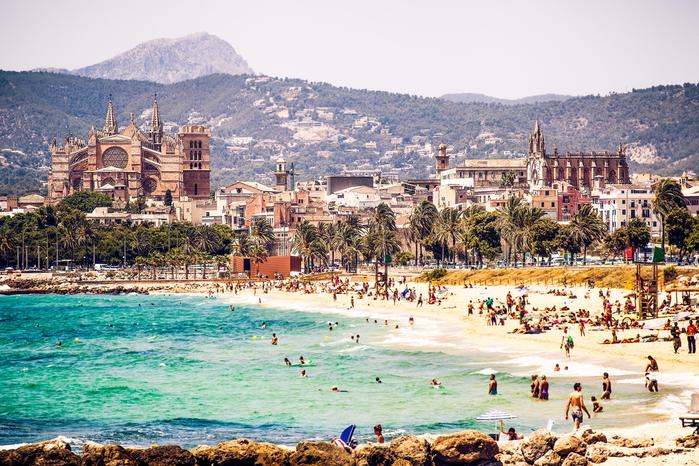 Бронируйте отели: Испания отменяет 2-недельный карантин для иностранных туристов