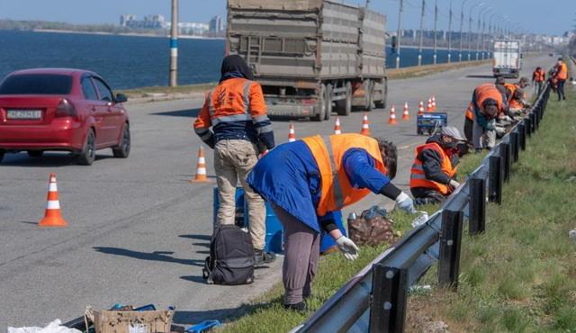 Ремонтируют дороги и красят заборы: Каменское начали активно благоустраивать (ВИДЕО)