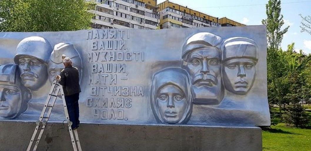 В Днепре на бульваре Славы обновили памятную стелу