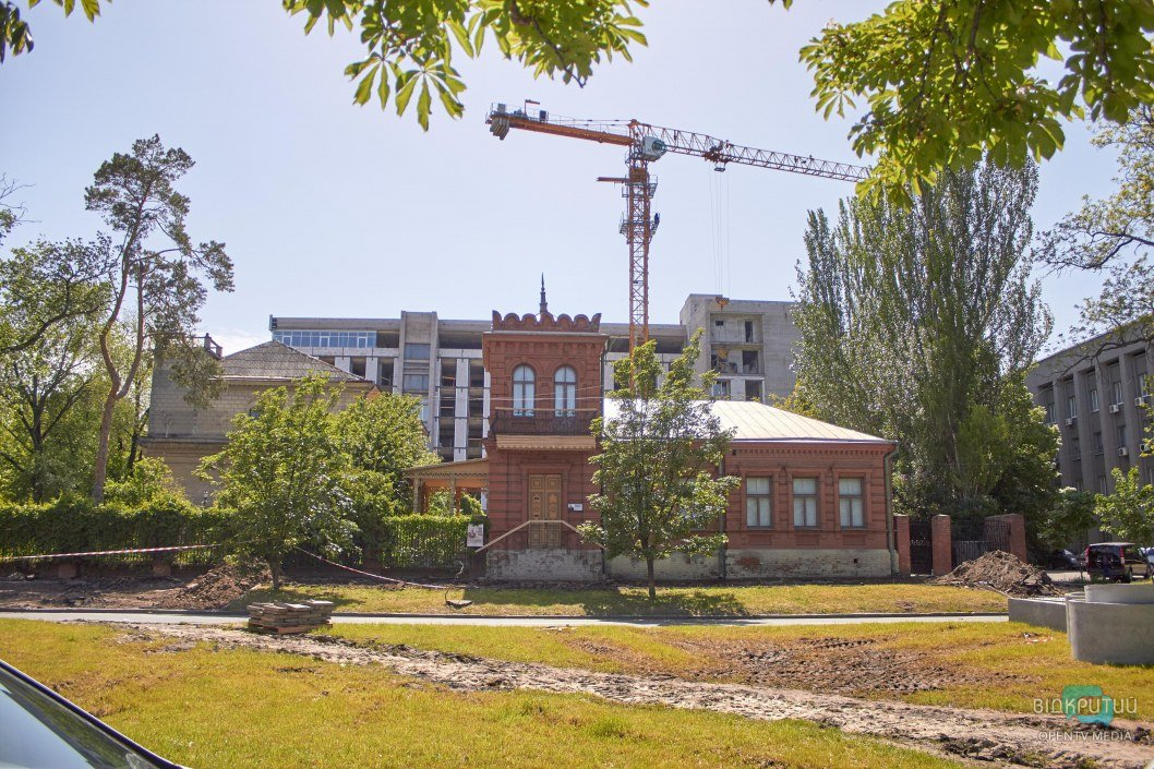 Суровые методы: во время реконструкции площади Шевченко повредили дом-музей Яворницкого (ФОТО)