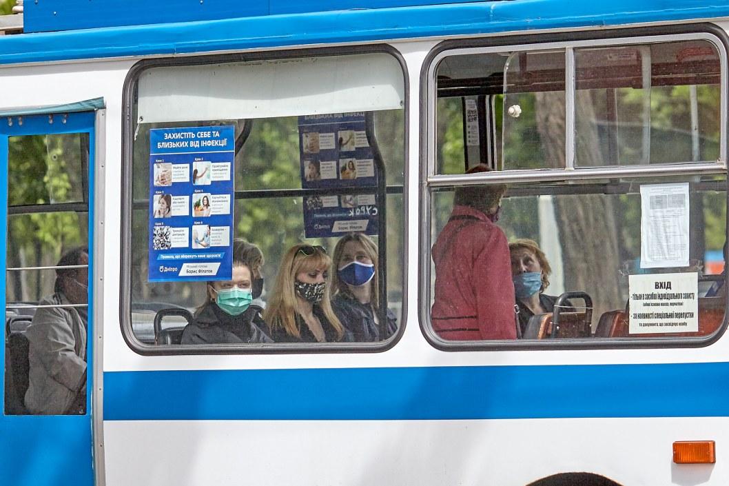 Забота о пассажирах: в днепровских маршрутках раздают бесплатно перчатки (ФОТО)