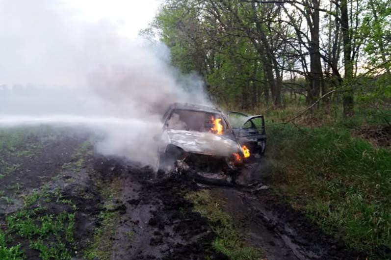 Горит автомобиль под Днепром