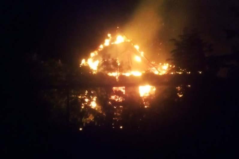 На Днепропетровщине горел жилой дом: пожар тушили несколько часов (ФОТО)