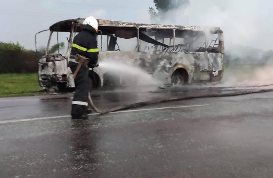 Возле Павлограда сгорел рейсовый автобус (ФОТО, ВИДЕО)