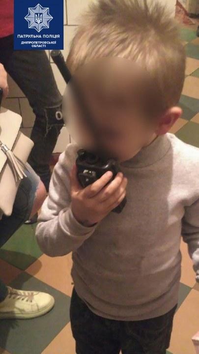 Малыши могли выпасть из окна: в Днепре задержали горе-мать