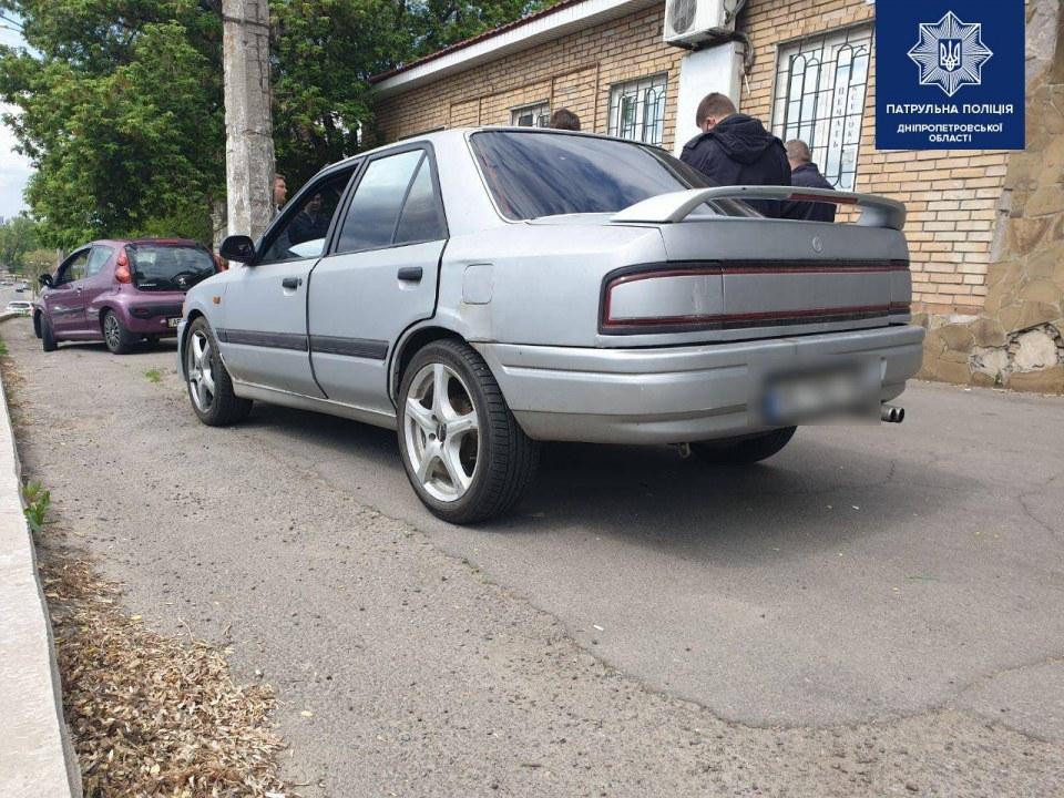 В Днепре полиция остановила Mazda за несоблюдение ПДД, а позже обнаружила наркотики у водителя