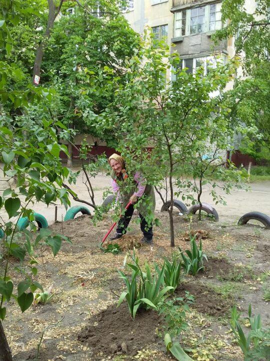 91-летняя бабушка облагораживает двор Днепр