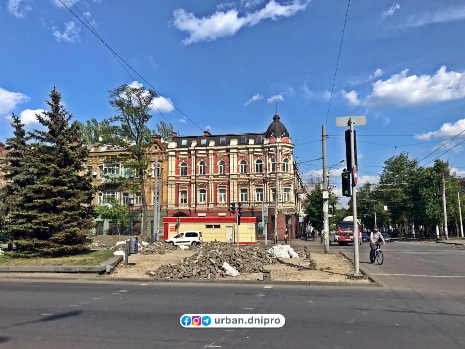 В Днепре на проспекте Яворницкого снимают тротуарную плитку (ФОТО)