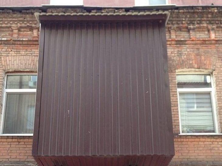 Дизайн отшельника: в Днепре появился очень странный балкон (ФОТО)