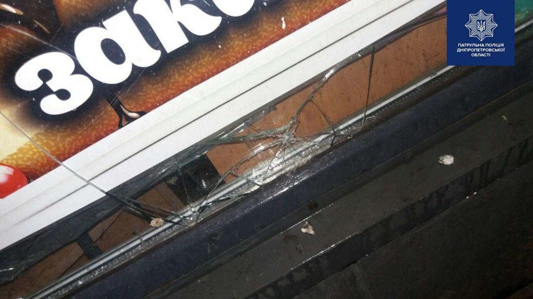 В Днепре на проспекте Поля мужчина пытался ограбить кондитерский магазин