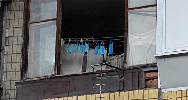 Ещё сгодятся: на Победе сушат одноразовые маски прямо на балконах (ФОТО)
