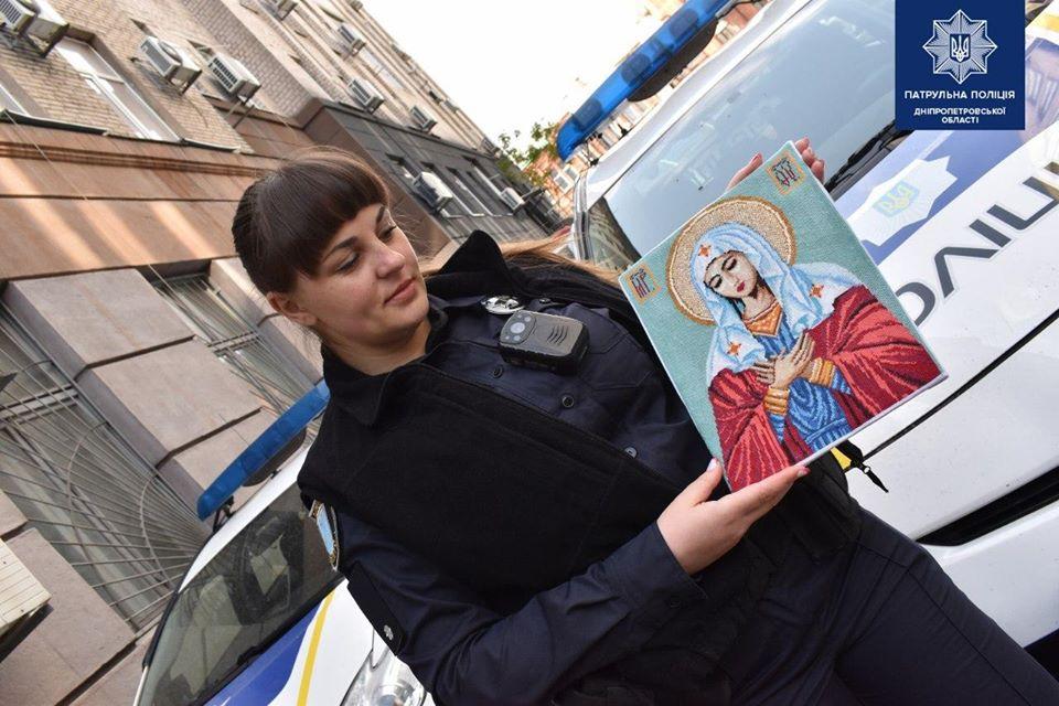 Таланты на каждом шагу: в Днепре работают полицейские, вышивающие рушники и иконы (ФОТО)