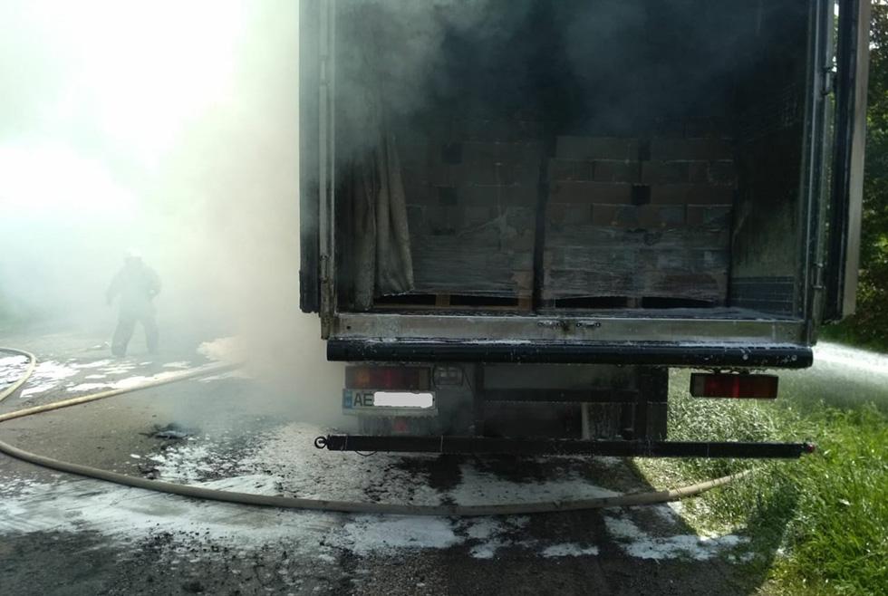Вёз 10 тонн молочки: возле Синельникового сгорел грузовик