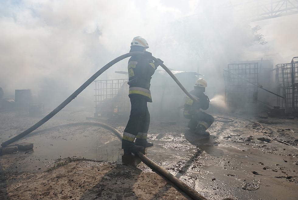 Тушили целый час: в Днепре горели складские помещения (ФОТО, ВИДЕО)