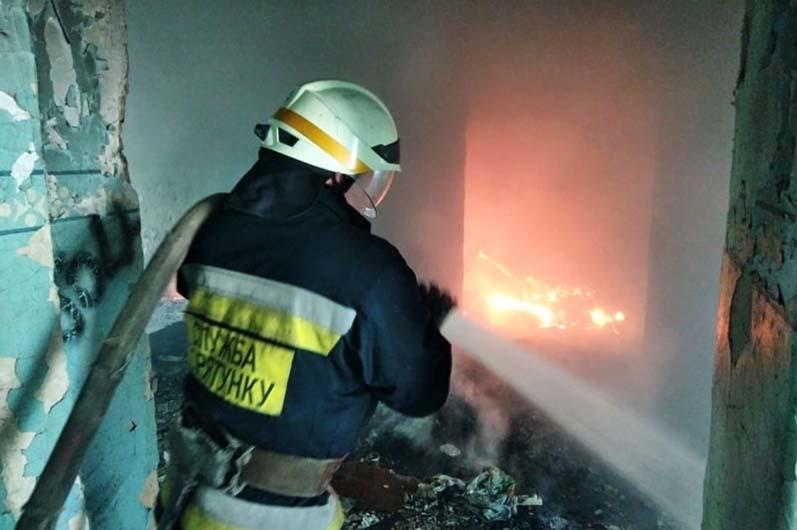 В Днепре на Левом берегу горело заброшенное здание (ФОТО)