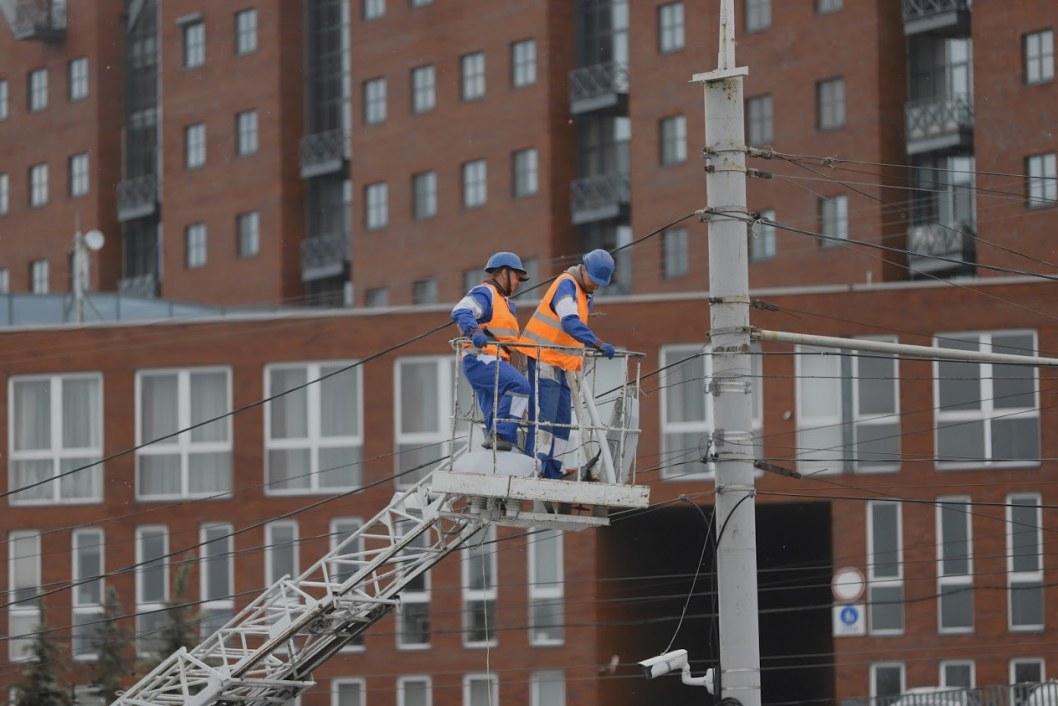 В Днепре на набережной меняют фонарные столбы (ФОТО)