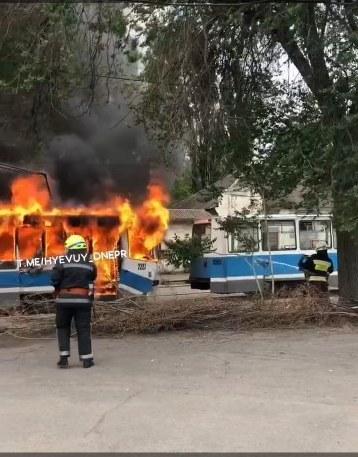 В Днепре на улице Ударников сгорел вагон трамвая (ВИДЕО)