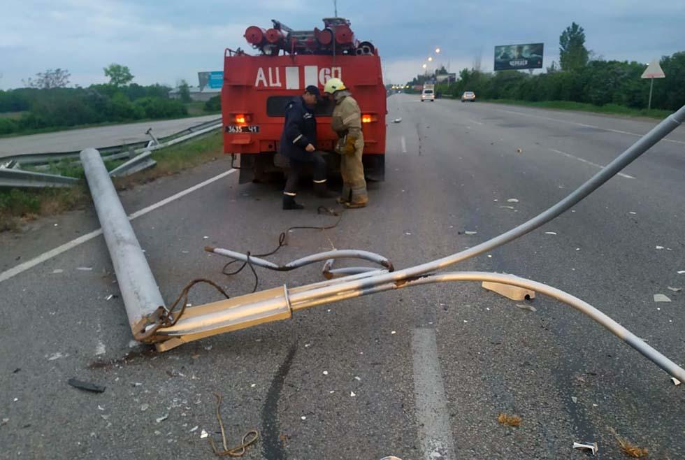 В Днепре упавшая на дорогу электроопора заблокировала движение транспорта