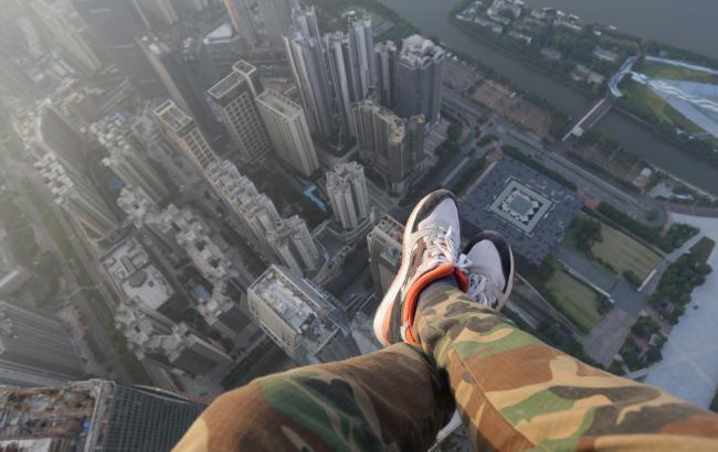 В Днепре на 12 квартале подростки висели на крыше многоэтажки (ВИДЕО)