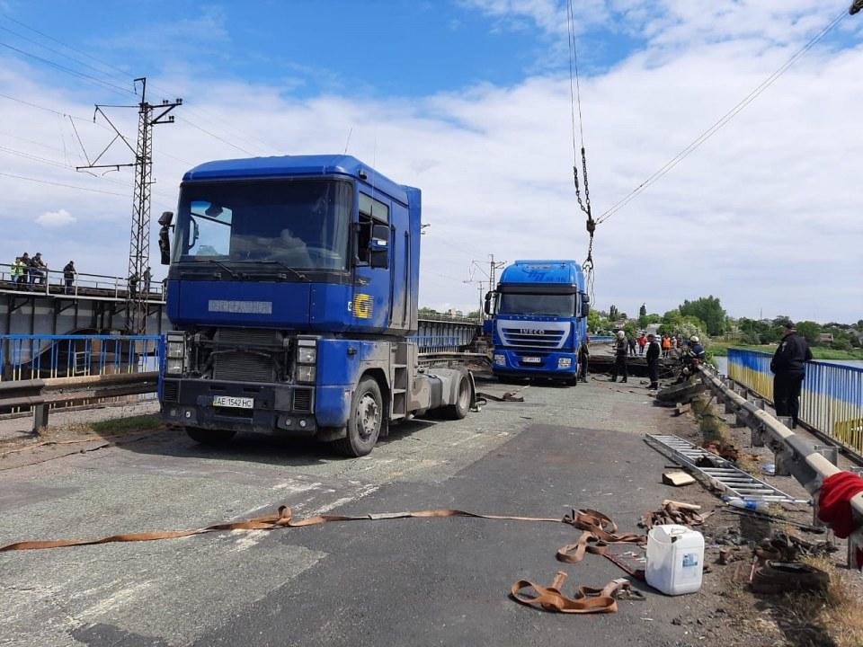 Достали грузовик и 12 тонн труб: спасатели продолжают работу на Алексеевском мосту (ФОТО, ВИДЕО)