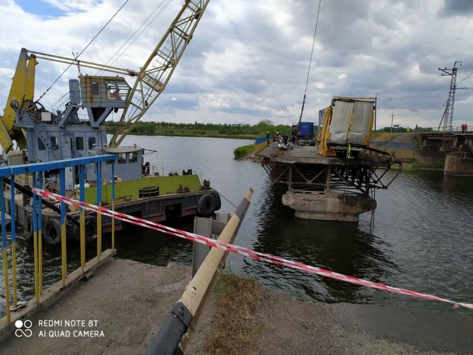 А вот и прицеп: спасатели продвигаются в работах на Алексеевском мосту (ФОТО, ВИДЕО)