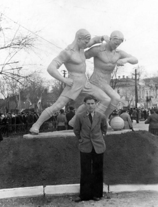 В Днепре показали легендарные скульптуры футболистов (ФОТО)